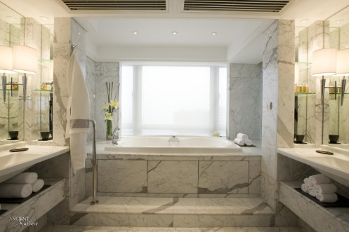 Mediterranean-bathtub-with-a-marble-bathtub