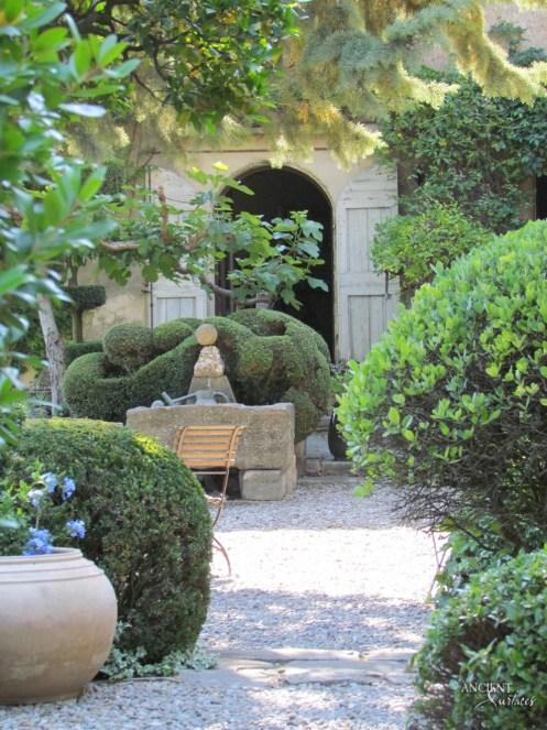 outdoor-pool-fountain-provence-style-garden