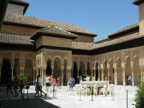 Il famosissimo Patio de los Leones nell'Alhambra di Granada.