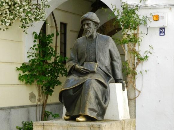 Una scultura raffigurante Maimonide nel quartiere ebraico di Cordoba.