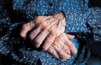 Una adulta mayor es agredida con palos por dos mujeres