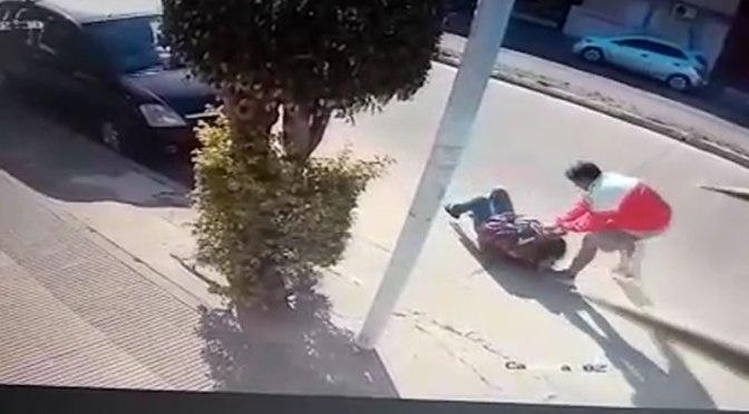 Usan dos motos para fugar: motochorros continúan atracando, atacaron a otra mujer