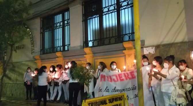 Mujeres instalan vigilia en el Tribunal Electoral y exigen elecciones sin violencia