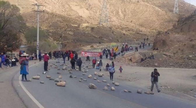Buses toman rutas alternas para llegar a Potosí por bloqueo de mineros