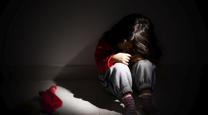 Niña rechaza quedarse solo con su papá y descubren que era abusada