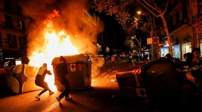 Manifestantes contra restricciones por COVID-19 se enfrentan a policía en ciudades españolas