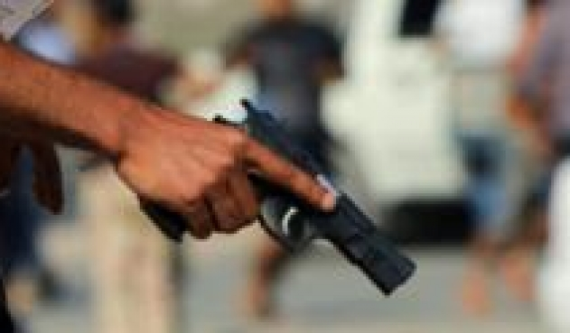 Tres sujetos roban a una mujer, la amenazaron con matarla a balazos y puñaladas