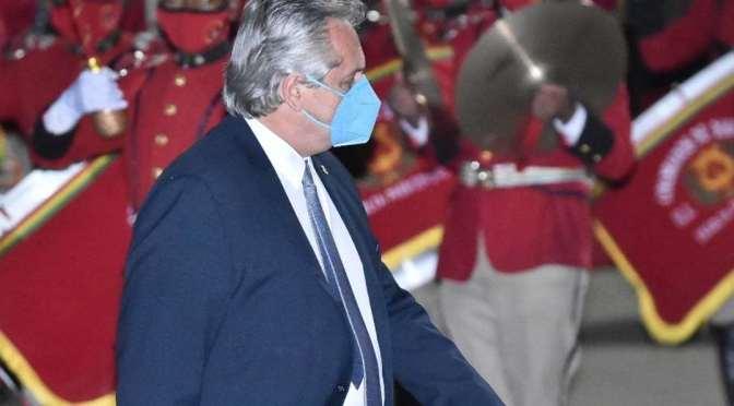 Alberto Fernández llega a La Paz y recibe honores militares