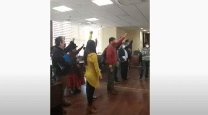 Militantes del MAS irrumpen en oficinas del Viceministerio de Descolonización y piden la renuncia de los funcionarios