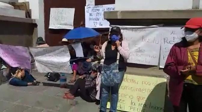 Mujeres que piden la reapertura del PEUP en su segundo día de huelga de hambre en puertas de la Gobernación