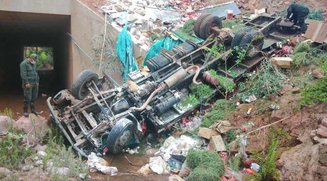 Policía de Tarija reporta el embarrancamiento de un camión con muerte del conductor