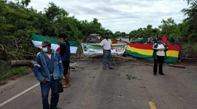 Trabajadores bloquean carretera a Santa Cruz por devolución de las AFP