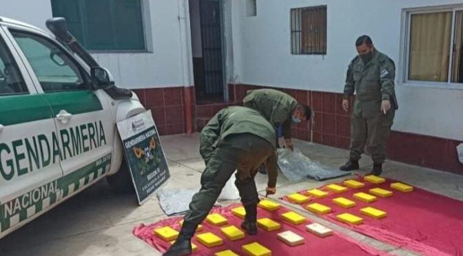 Dos sujetos intentaron cruzar con más de 26 kilos de cocaína al argentina