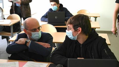 Francia: alumnos de secundaria regresan a clases presenciales