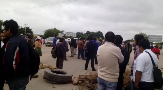 Padres de unidades educativas rurales bloquean en demanda de ítems
