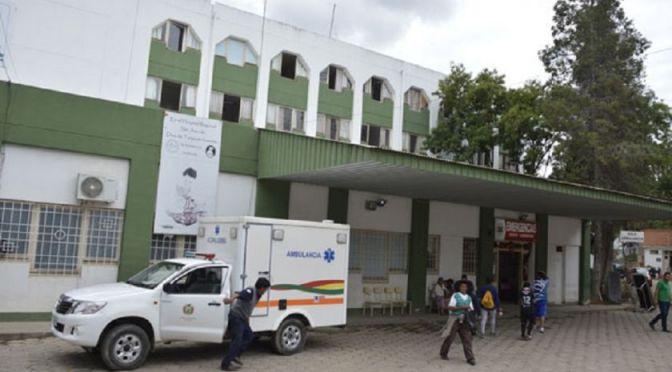 Un motociclista colisionó con un taxi y este sufre una fractura grave de craneo