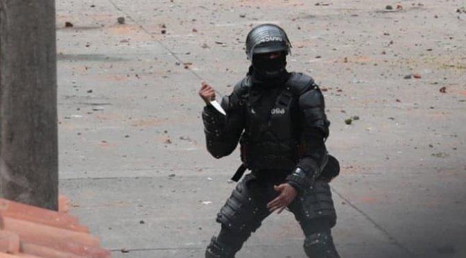 Una polémica imagen de un antidisturbios empuñando un cuchillo contra los manifestantes en Colombia se hace viral