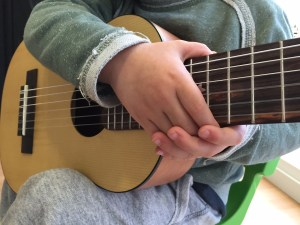 Mano con guitarra