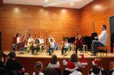 Pequeños guitarristas saludando al público