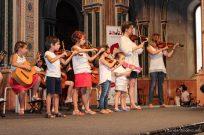 Grupo de violines de Andantino en el escenario