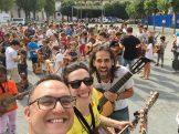 Ensayo de la Marching Band, con 3 profesores sonrientes al frente