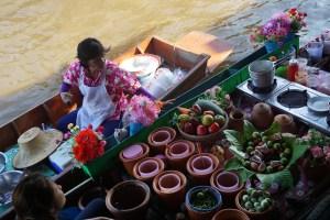 Garda maltīte peldošajā tirdziņā