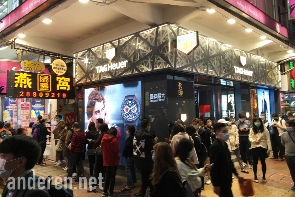 A queue for medical masks in Causeway Bay, Hong Kong, in Feb 2020. Projekt Anderen
