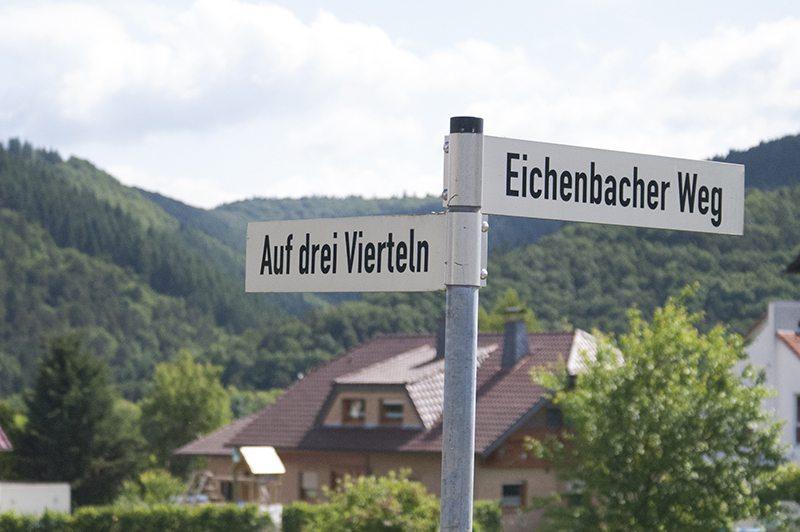 """Straßennamen """"Auf drei Vierteln"""", Straßenschild, Aremberg, Wershofen, Ahrtal, Wandern, oberes Ahrtal"""