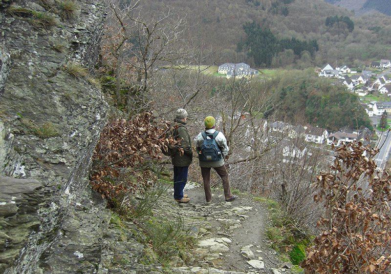 Leidenschaft Wandern, ältere Wanderer Felsen, Weitsicht, Herbst, Winter
