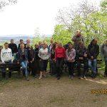 Hier steht ein Bild mit dem Text: Zwei Dutzend entspannte und freundlich lächelnde Gesichter auf dem Neuenahrer Berg (Foto: H.-J. Schneider)