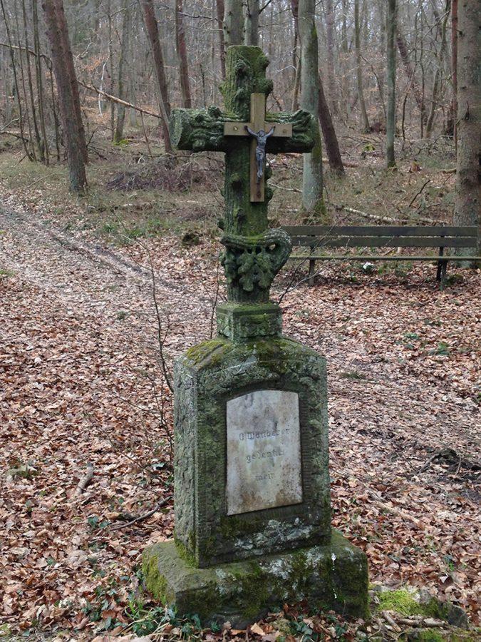 Wanderer, gedenke mein steht auf dem alten Wegkreuz am AV2