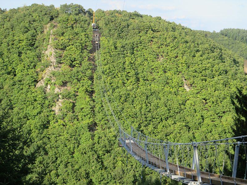 Noch nicht ganz fertig, aber kitzelt schon an den Nerven – die Geierlay-Brücke
