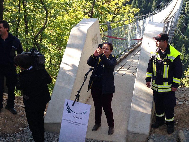 Pressevertreterin vor der noch gesperrten Brücke? Seit wann macht die Presse Selfies? (Foto: Hans-Joachim Schneider)