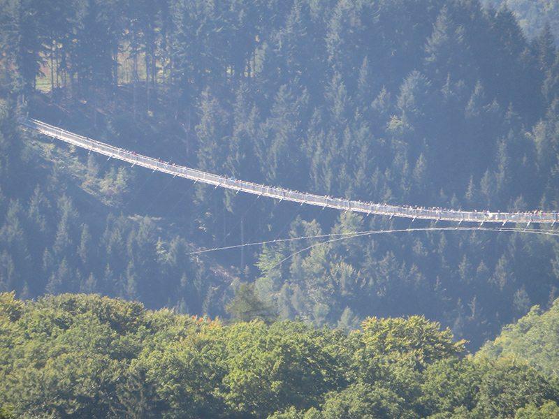 Selbst von der Landstraße aus kann man sehen, dass die Brücke ein Besuchermagnet ist (Foto: Hans-Joachim Schneider)