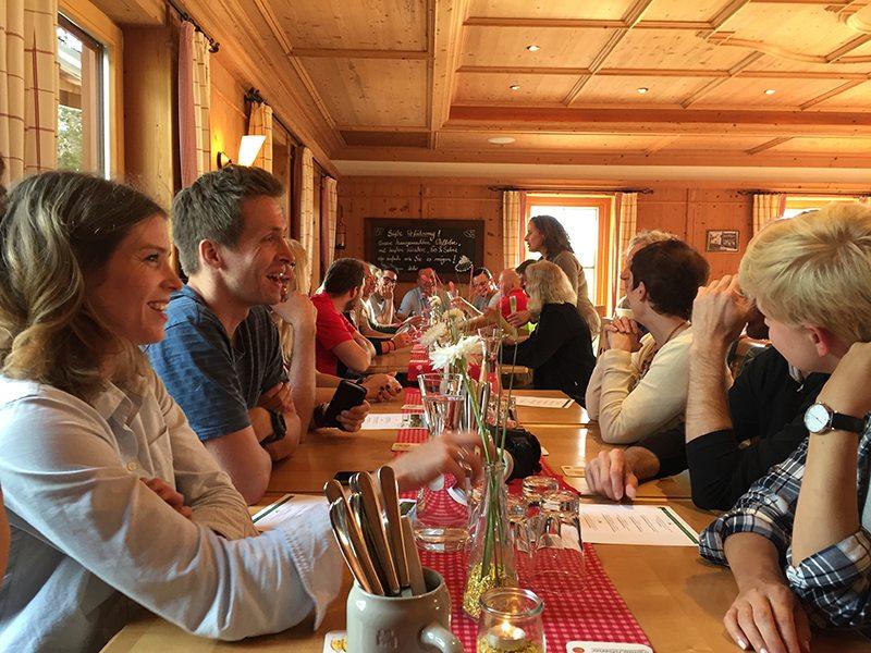 Hier steht ein Foto mit dem Titel: Zünftiges Lokal mit zünftigem Essen – die Steigalm (Foto: Hans-Joachim Schneider)