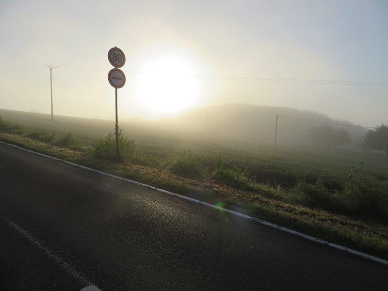 Ganz allmähiich dringt das erste Sonnenlicht durch den Morgendunst (Foto: Hans-Joachim Schneider)