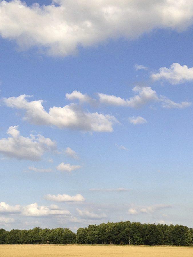 Blauer Himmel, weiße Wolken über der Glessener Höhe bei Tageslicht