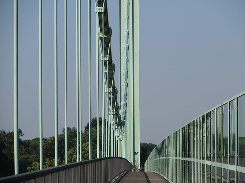 Hier steht ein Bild mit dem Titel: Für mich immer ein Wunderwerk der Technik – die Hängebrückenkonstruktion mit schmalen Pylonen und schweren Trageseilen (Foto: Hans-Joachim Schneider)