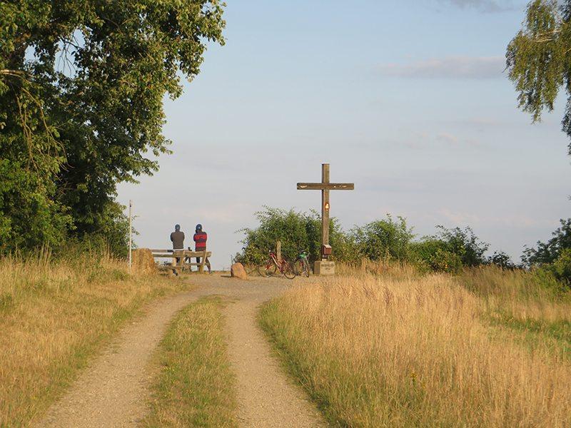 Auch am Abend ein reizvolles Ziel: das Gipfelkreuz auf der Glessener Höhe (Foto: Hans-Joachim Schneider)