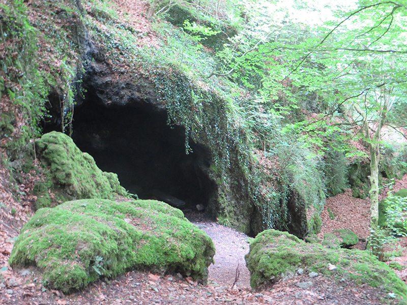 Hier der Eingang zur kleinen Felsenhöhle: Durch schändlichen Verrat musste Genoveva mit ihrem Sohn Schmerzensreich viele Jahre voller Entbehrungen in dieser kargen Zuflucht hausen (Foto: Hans-Joachim Schneider)