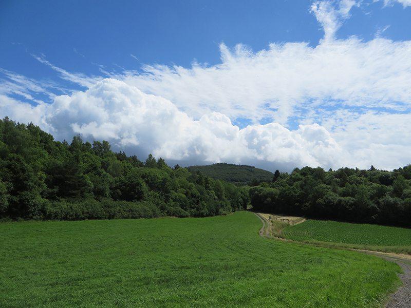Blick zurück, blauer Himmel, beeindruckende Wolkenformationen