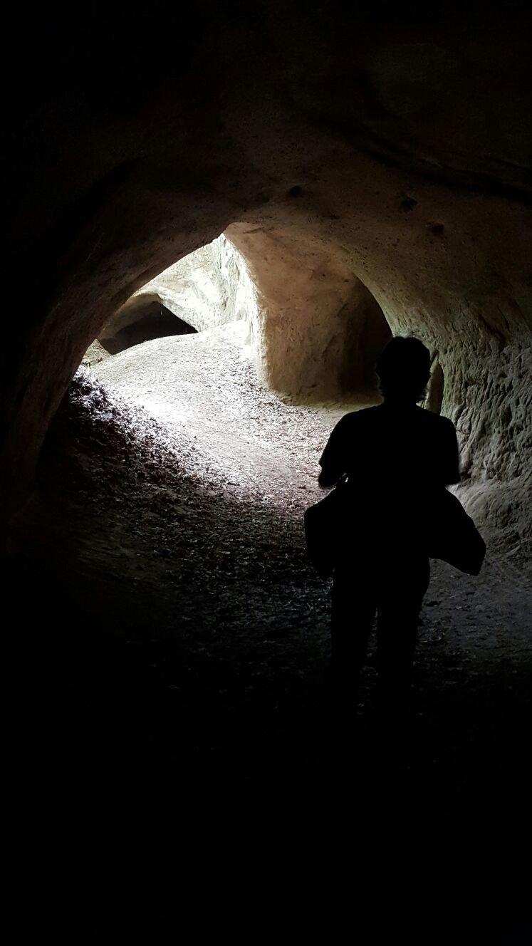 Der Autor von hinten in einer der Trasshöhlen auf dem Traumpfad Höhlen- und Schluchtensteig