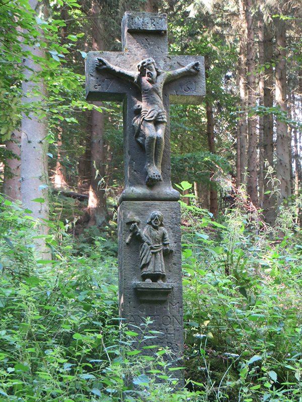 Hier steht ein Bild mit dem Titel: Ein Gedenkkreuz für eine Verstorbene markiert eine Wegkreuzung (Foto: Hans-Joachim Schneider)