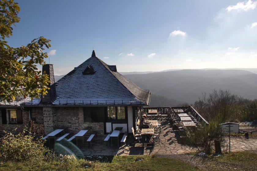 Hier steht ein Bild mit dem Titel: Auch im Winter ist das Steinerberghaus ein faszinierendes Ausflugsziel (Foto: Norbert schneider)