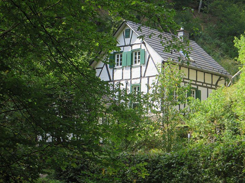 Ein Fachwerkhaus im schmalen Tal, eingebettet ins Grün, was für ein Paradies