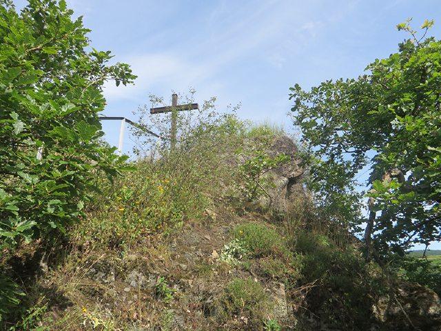 Nach einer kurzen Rast am Schwarzen Kreuz geht es weiter bergab Richtung Ahrufer (Foto: Hans-Joachim Schneider)