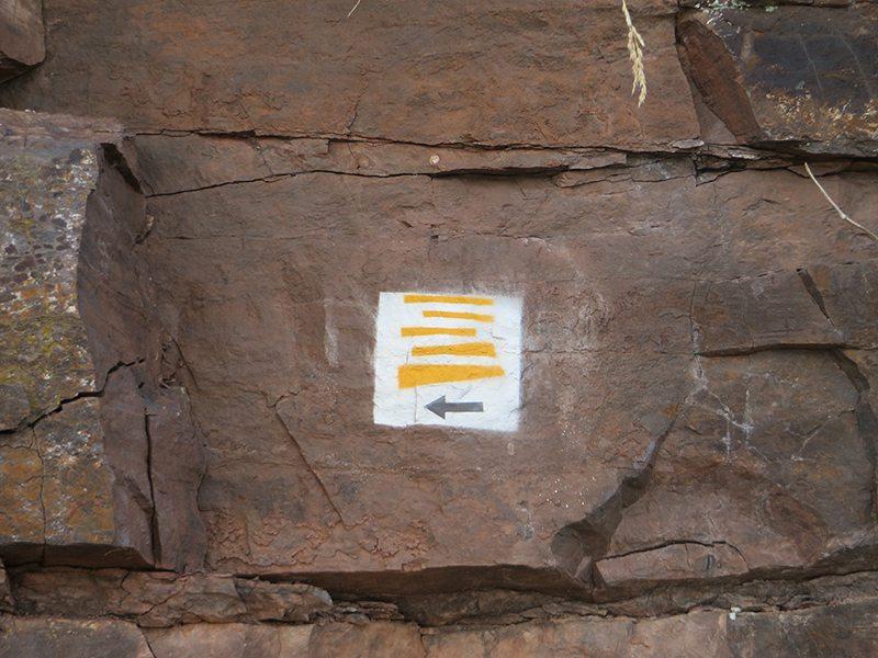 Moselsteig Etappe 18, Weg-Markierung am Felsen, Malerei