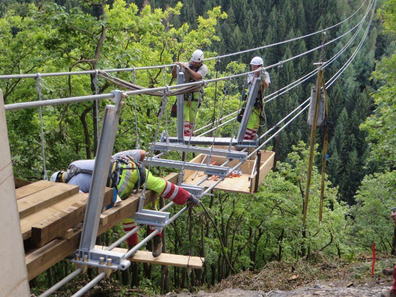 Die Montage der Geierlay-Hängeseilbrücke erfolgte durch die Mitarbeiter einer Schweizer Spezialfirma, darunter auch eine junge Frau