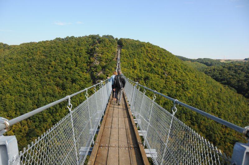 Hängeseilbrücke Geierlay, Es ist schon ein spannendes Erlebnis, und am eindrücklichsten ist es, wenn man in der Mitte dier Brücke etwa 100 Meter über dem Talboden steht (Foto: Hans-Joachim Schneider)
