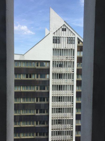 Treff Hotel Panorama Oberhof. Einer der beiden Türme des Hotels, die wie Sprungschanzen aussehen.